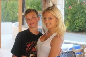 Stian er visstnok gift med denne skjønne unge damen. Du ser vel kanskje hvorfor selv??? Ikke alle som er så heldige!!!