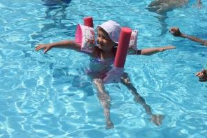 Marie plasket rundt i bassenget stort sett hele tiden