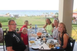 Her er gjengen samlet på den eneste restauranten som vet hva gluten er og som serverer glutenfri mat; Simply Greek