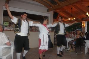 grekerne danset og showet for oss